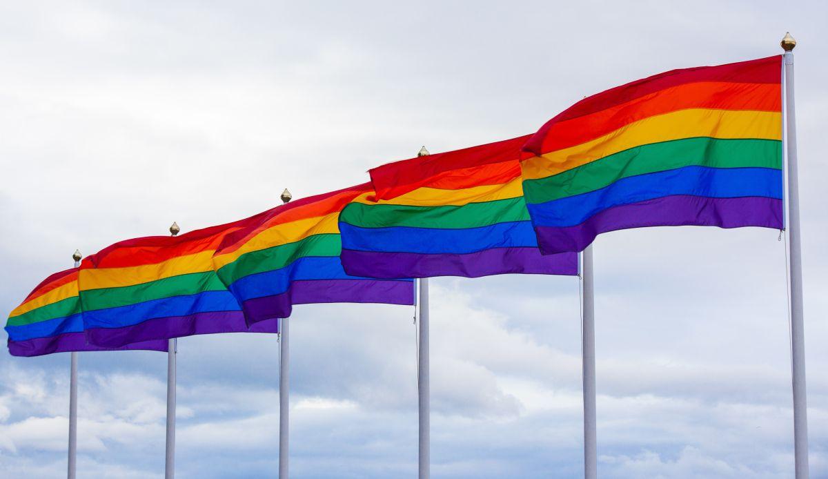Nickelodeon lanza canción donde Drag Queen explica los colores LGBT a los niños