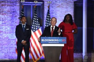 Michael Bloomberg pide voto latino con anuncio en español