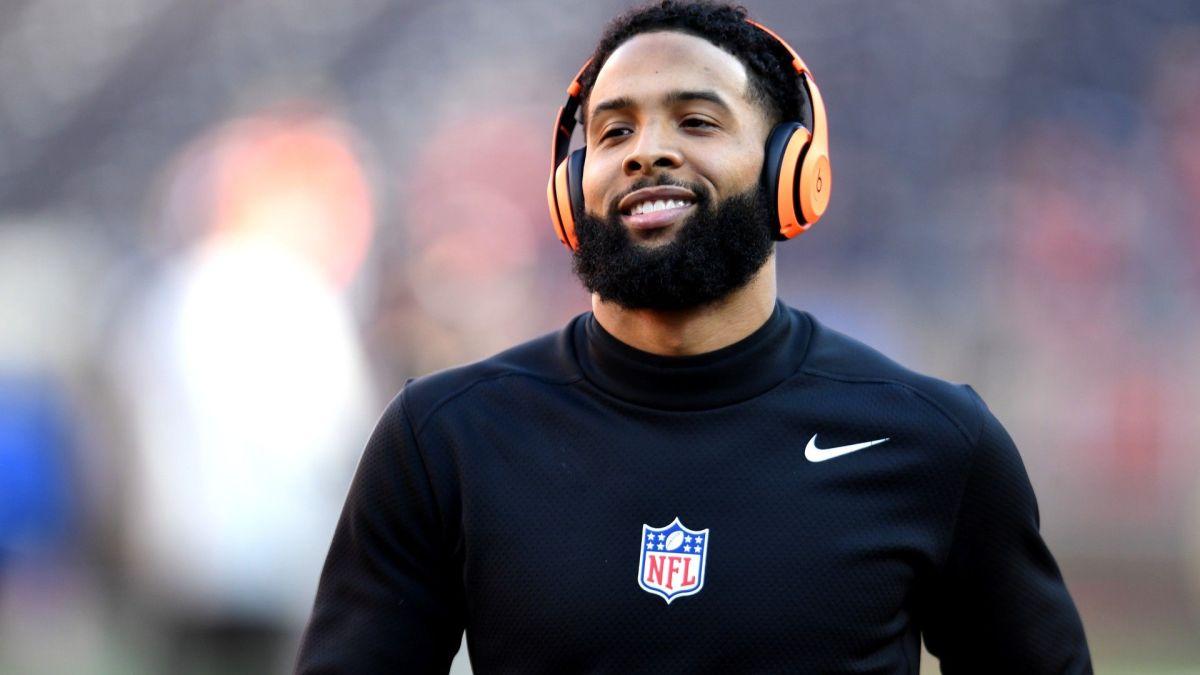 Emiten orden de arresto contra jugador de la NFL por nalguear a un policía