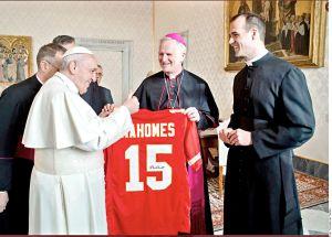 ¡Santa ofrenda! El Papa Francisco recibe jersey firmado por Patrick Mahomes