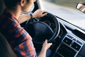 Pide ayuda para recuperar su auto robado y destapa su infidelidad