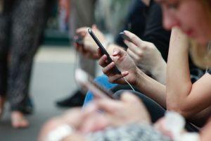 Legislador en Vermont quiere prohibir celulares a menores de 21 años