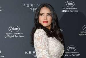 Salma Hayek enamora a sus fans con foto del escotado vestido que usó en los Globos de Oro