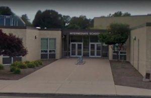 Asistente de escuela tiene relaciones sexuales con exnovio de su hija de 15 años