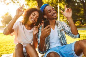 Las 5 canciones que, según la ciencia, te hacen muy feliz