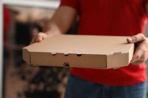 Captan a repartidor escupiendo en una pizza y podría pasar 18 años en la cárcel