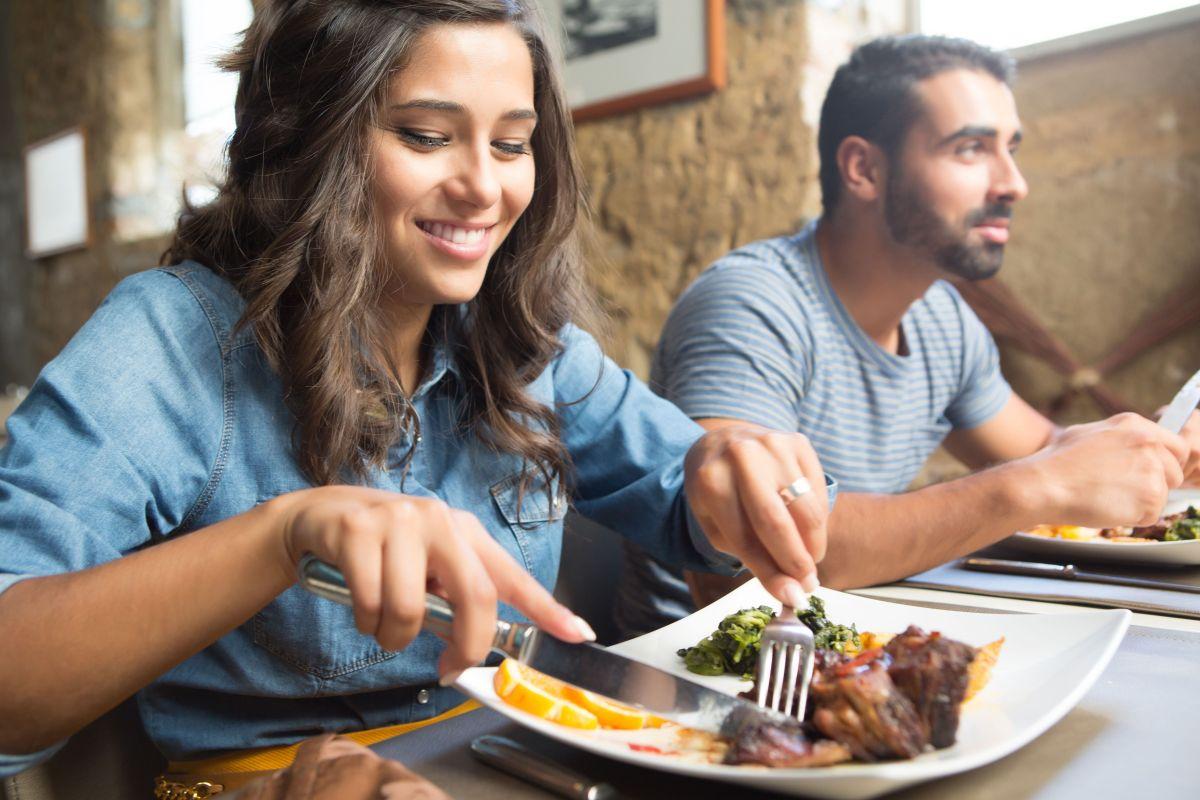 Los mejores hábitos saludables para disfrutar tus comidas en un restaurante y no excederte