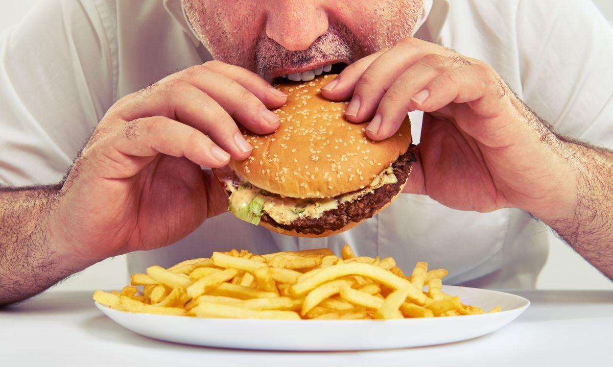 Un alto consumo de alimentos ultraprocesados, aumenta la producción de dopamina y con ello activa la sensación de placer en el cuerpo. Es por ello que se trata de alimentos increíblemente adictivos.