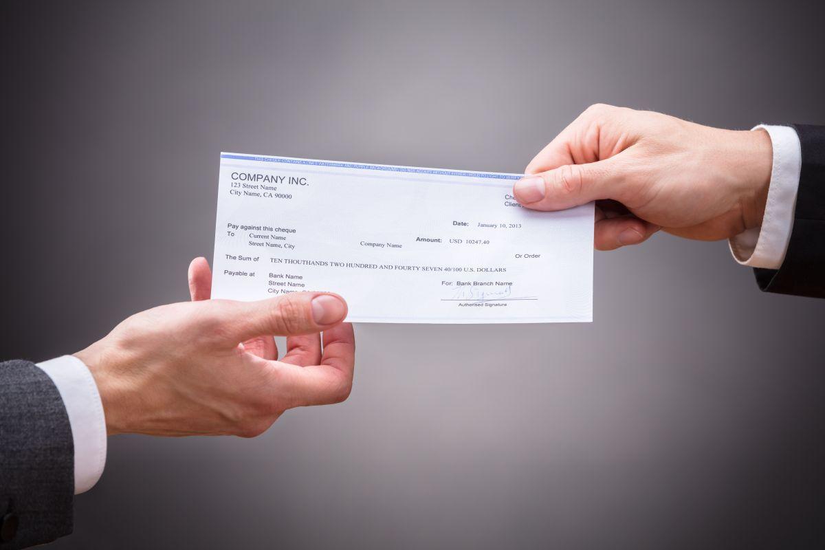 Devuelve dos cheques de $30,000 que encontró en la calle y recibe inusual recompensa