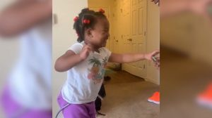 Enseña a caminar a su hija con parálisis cerebral, las imágenes te emocionarán