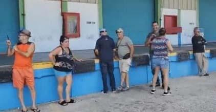 Ciudadanos entran a la fuerza a almacén de suministros en Puerto Rico acumulados desde el huracán María