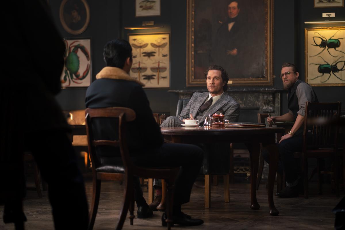 Golding (de espaldas), McConaughey y Hunnam. / Foto: STXfilms