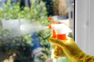 De esta manera debes limpiar los vidrios de tu auto para que queden bien