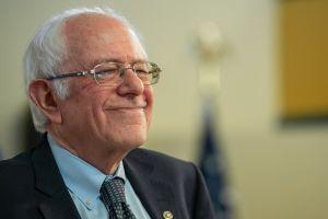 Bernie Sanders reclama su victoria en el caucus de Iowa y carga duramente contra el partido