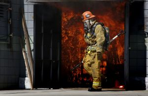 Incendio causa daños en un edificio de apartamentos en Koreatown