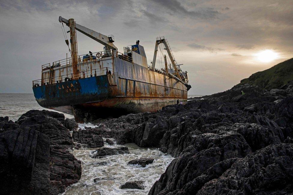 Las imágenes del buque fantasma que encalló en Irlanda después de atravesar el Atlántico