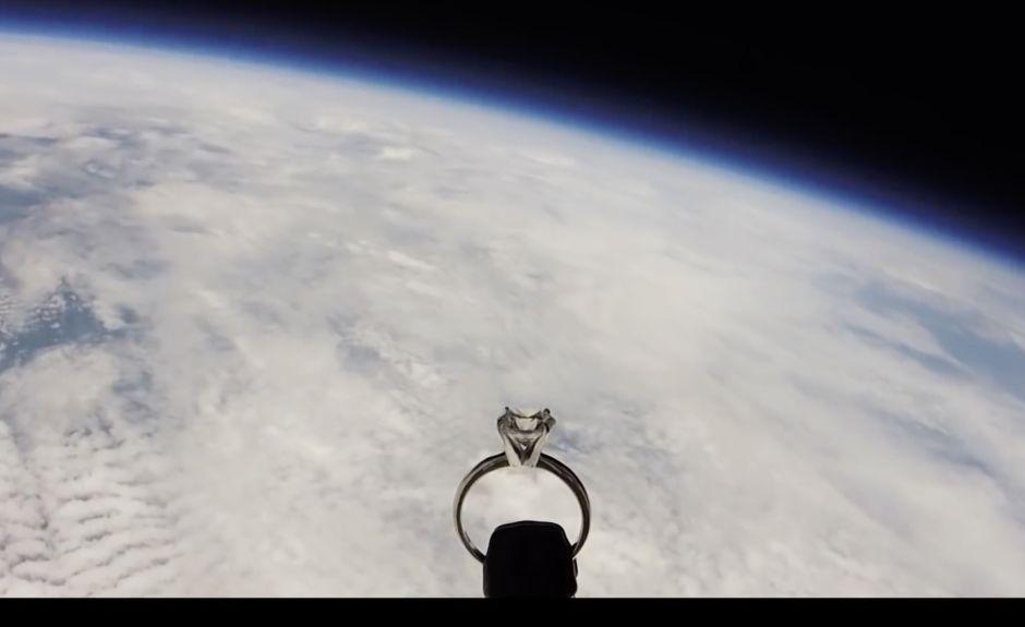 Piloto de la Fuerza Aérea hizo una propuesta de matrimonio espacial