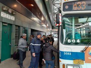 Vecinos en Jackson Heights buscan frenar plan de cambio de rutas de buses en Queens