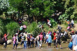 Narcos secuestran y enlistas en sus filas a migrantes en México