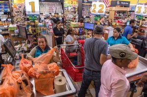 """Mujer enfrenta a hombre en el supermercado: """"Deja de mirarle el trasero a mi hija"""""""