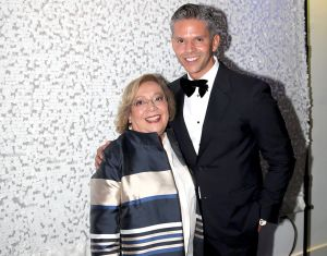 Rodner Figueroa despide los restos de su madre con Mariachis