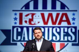 Caucus de Iowa sigue trayendo dolores de cabeza a los demócratas. Ahora, una renuncia