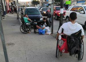 Captan a enfermera curando heridas de un indigente y su buen acto se vuelve viral