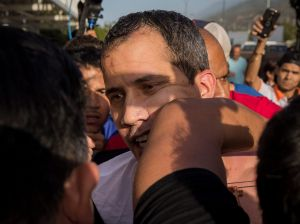 Muchedumbre recibe a golpes a Juan Guaidó a su regreso a Venezuela