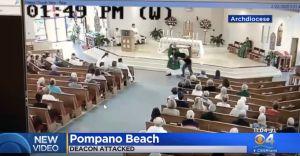 Un hombre agrede a un clérigo durante una misa en Florida y todo quedó captado en video