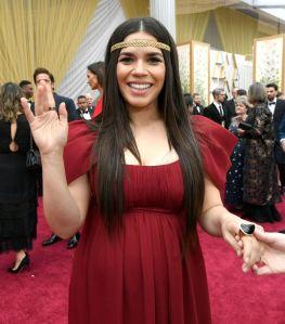 America Ferrara presume su pancita de embarazada y hace tributo a las guerreras indígenas desde la alfombra roja de los Oscar 2020