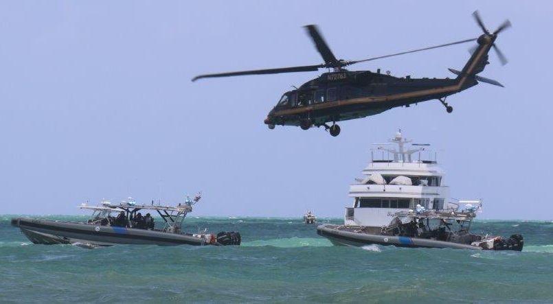 """Rescatan en el mar a 13 migrantes abandonados por """"polleros"""" que huyeron en la lancha"""