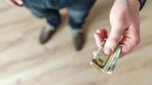 Qué debes hacer si te dan billetes falsos