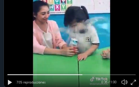 Maestra le hace broma pesada a pequeña alumna de preescolar, se volvió viral y fue despedida