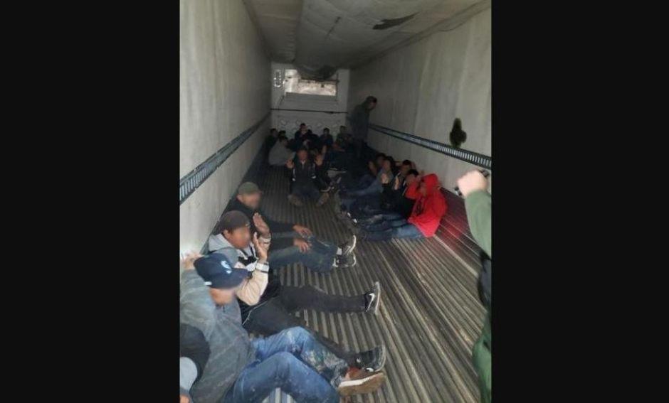 """Un grupo de 26 inmigrantes era el """"cargamento"""" en la caja de un tráiler"""
