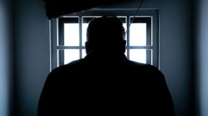 Se corta la garganta en prisión hombre convicto de matar a maestra en primera cita y violar el cadáver