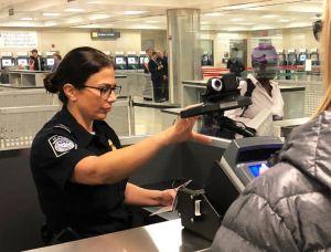 Administración Trump avanza con polémico plan para registrar datos de voz y ADN de inmigrantes