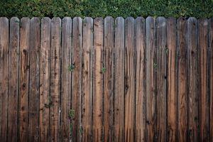 Manten la privacidad de tu propiedad con estas 5 bellas cercas cerradas de Home Depot en menos de $165