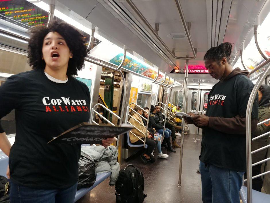 Entrenan a civiles para documentar casos de abuso policial en el Subway