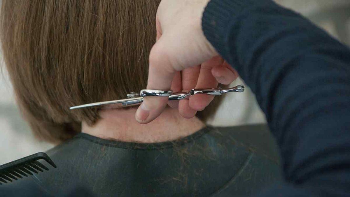 Abandona la escuela porque le exigen cortarse el cabello que dejaba crecer para su hermana enferma