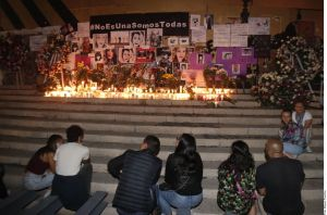 Colocan altar para víctimas de feminicidio en el Ángel de la Independencia en la CDMX