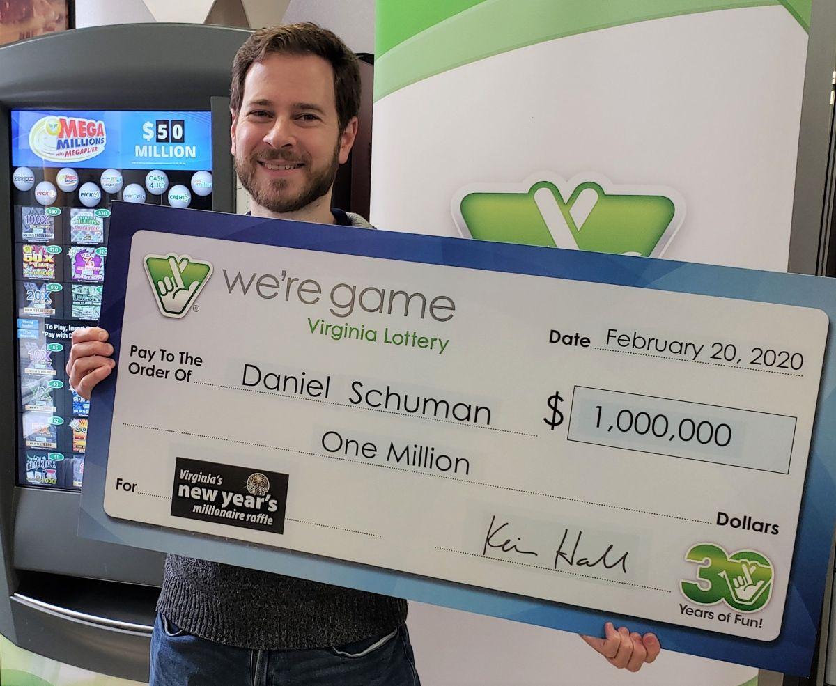 Daniel Shuman con el premio que ganó sin jugar a la lotería.