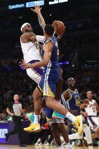 Mexicano Juan Toscano cubre a LeBron James, es aplaudido por Stephen Curry... un debut soñado con los Warriors en la NBA