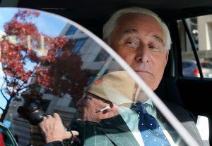 Renuncia fiscal tras revelarse reducción de condena a Roger Stone, exasesor de Trump