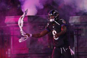 ¡Todos votaron por él! Lamar Jackson, de los Ravens, recibe el MVP en los NFL Honors