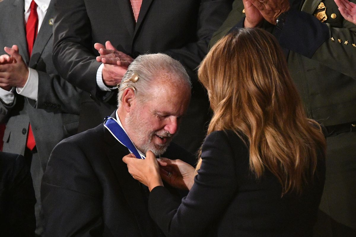 La medalla que Trump otorgó a un activista contra inmigrantes y promotor del término 'feminazi'