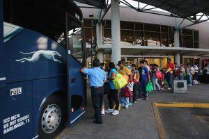 """Se libra de la deportación inmigrante detenido en parada de bus de Greyhound """"por su apariencia latina"""""""