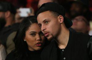 Stephen Curry es criticado por publicar foto cargando a su esposa