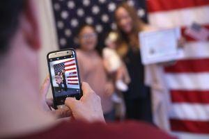 """Abogados piden a USCIS evitar castigo a inmigrantes con trámites de """"green card"""" y ciudadanía"""