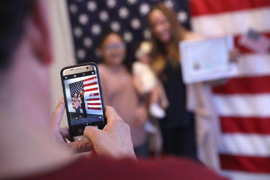 Activistas demandan a USCIS al acusar que alza a trámite de naturalización es para calificar riqueza de inmigrantes