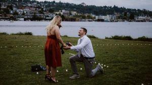 Finge pedirle matrimonio para obtener bebidas gratis